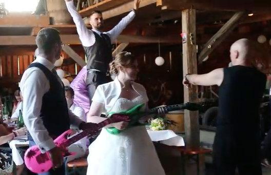 Hochzeitsbans mit Brautpaar - Luftgitarre Live Band